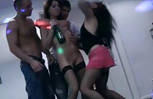 O rufia masturba-se com a luz e os vagabundos com força. videos online gratis sexo