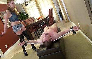 O jovem Latino despe-se e filmeporno xxxl come a sua grande carne.