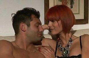 uma loira jovem e busty dá um striptease mostrando seus enormes melões fime potno